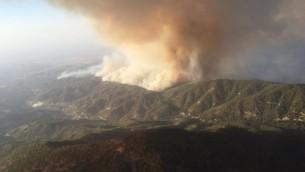 صورة للحريق بالقرب من قرية أرغاكا في منطقة بافوس، مأخوذة من طائرة إطفال تابعة للجيش الإسرائيلي. (المتحدق بإسم الجيش الإسرائيلي)