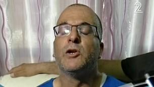 قاسم الأسدي، الذي توفي طفلاه جراء تعرضهما لضربة شمس الأربعاء بعد أن نسيهما في سيارته، يتحدث للصحافيين. (لقطة شاشة: القناة 2)