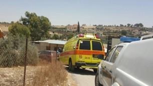 سيارة إسعاف تابعة لنجمة داوود الحمراء في الموقع الذي توفي فيه طفلان بعد أن نُسيا في السيارة، في بلدة السيد في النقب، 22 يونيو، 2016. (Magen David Adom)