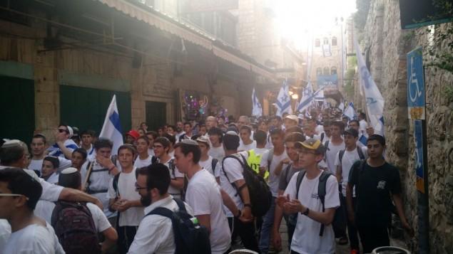 قوميون يهود يسيرون عبر الحي الإسلامي في البلدة القديمة بمدينة القدس، 5 يونيو، 2016. (Judah Ari Gross/Times of Israel)
