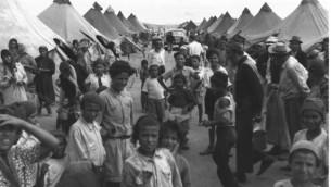 مهاجرون يمنيون في مخيم بالقرب من عين شيمر عام 1950 (Pinn Hans/GPO)