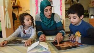 """طلاب يتعلمون في مدرسة """"يدا بيد"""" الإسرائيلية، حيث المنهاج باللغتين العربية والعبرية. (Courtesy: Debbie Hill)"""