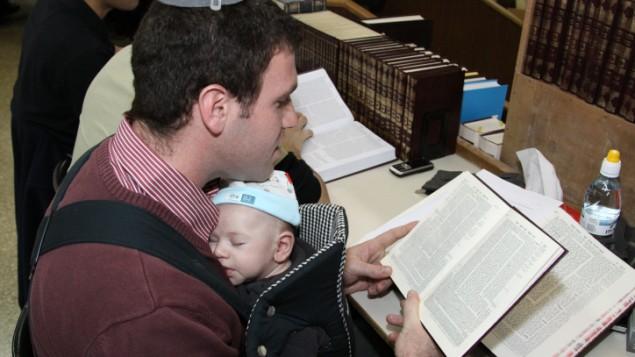 صورة توضيحية لأب وطفله الرضيع (Gershon Elinson/Flash90, File)