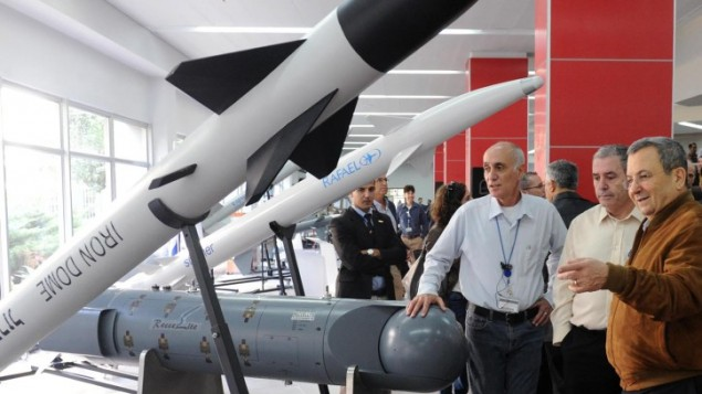 وزير الدفاع لاسابق اهود باراك يزور مصنع الاسلحة 'رافال, في 27 نوفمبر 2012 (Alon Bason/Defense Ministry/Flash90)
