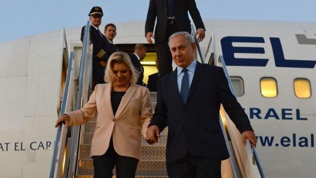 رئيس الوزراء بينيامين نتنياهو وزوجته سارة نتنياهو في مطار جون ف. كندي الدولي في نيويورك، 29 سبتمبر، 2013. (Kobi Gideon/GPO/Flash90)
