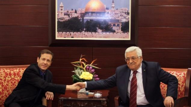 زعيم المعارضة يتسحاق هرتسوغ يتلقي برئيس السلطة الفلسطينية محمود عباس  في مدينة رام الله بالضفة الغربية، 1 ديسمبر، 2013. (Issam Rimawi/Flash90/File)