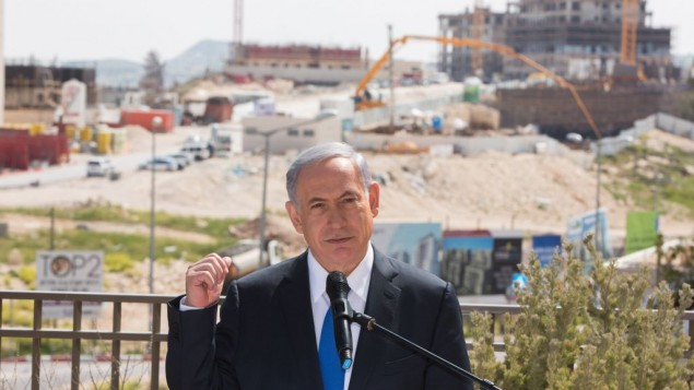 رئيس الوزراء بنيامين نتنياهو يتكلم مع صحفيين خلال زيارته الى حي هار حوما في القدس الشرقية، 16 مارس 2015 (Yonatan Sindel/Flash90)