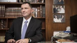 رئيس الكنيست يولي إدلشتين في مكتبه في الكنيست، 15 أبريل، 2015. (Hadas Parush/Flash90)