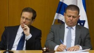 """زعيم حزب """"المعسكر الصهيوني"""" يتسحاق هرتسوغ (من اليسار) وعضو الكنيست إيتان كابل خلال حضورهما لاجتماع للحزب في الكنيست في 8 يونيو، 2015. (Miriam Alster/Flash90)"""