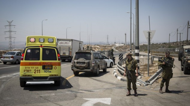 سيارة إسعاف في موقع هجوم طعن على طريق رقم 443، 15 أغسطس، 2015. (Hadas Parush/Flash90)