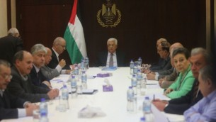 رئيس السلطة الفلسطينية محمود عباس يترأس اجتماعا للجنة التنفيذية لمنظمة التحرير الفلسطينية في مدينة رام الله بالضفة الغربية، 4 أبريل، 2016. (FLASH90)