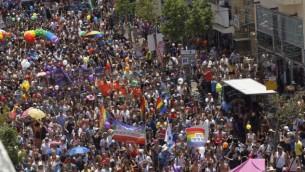عشرات الآلاف يشاركون في موكب الفخر للمثليين في تل أبيب، 3 يونيو، 2016. (Miriam Alster/Flash90)