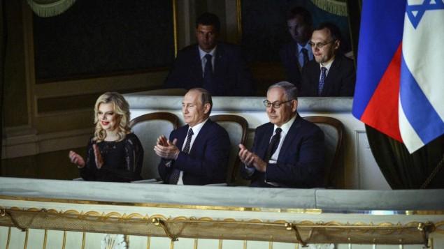 رئيس الوزراء الإسرائيلي بنيامين نتيناهو برفقة زوجته، سارا، والرئيس الروسي فلاديمير بوتين في مسرح البولشوي في موسكو، 7 يونيو 2016 (Haim Zach/GPO)