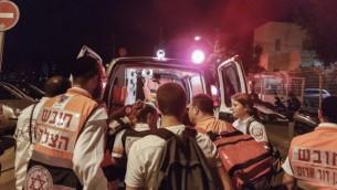 قوات الأمن الإسرائيلية في موقع الهجوم حيث قام مسلحان بفتح النار في مجمع سارونا التجاري في تل أبيب، 8 يونيو، 2016. (Moti Karelitz/Flash90)