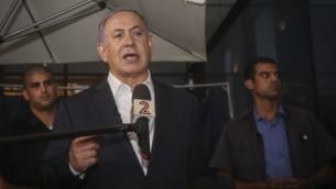 رئيس الوزراء بينيامين نتنياهو يدلي بتصريح للصحافة في موقع هجوم إطلاق النار في مجمع سارونا التجاري فب تل أبيب، 9 يونيو، 2016. (Flash90)