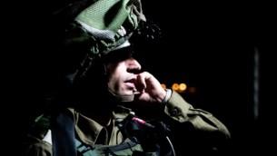 الجيش الإسرائيلي وشرطة حرس الحدود يعملان على أخذ قياسات منزل أحد منفذي هجوم إطلاق النار في مجمع سارونا التجاري في تل أبيب في قرية يطا بالضفة الغربية، 8 يونيو، 2016. (المتحدث بإسم الجيش الإسرائيلي)