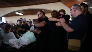 العائلة والاصدقاء خلال تشييع جثمان عيدو بن آري (42 عاما)، من ضحايا الهجوم في مجمع سارونا في تل ابيب، 9 يونيو 2016 (Miriam Alster/Flash90)