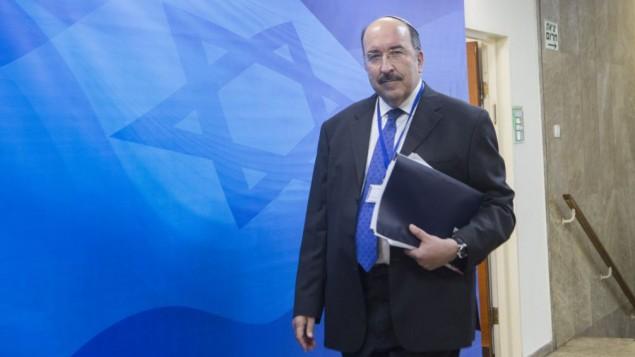المدير العام لوزارة الخارجية الإسرائيلية دوري غولد يصل إلى الجلسة الأسبوعية للحكومة في ديوان رئيس الوزراء، القدس، 26 يونيو، 2016.(Miriam Alster/FLASH90)