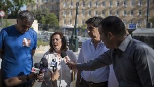 والدي هادار غولدين واورون شاؤول يتحدثون مع الصحافة في القدس، 28 يونيو 2016 (Hadas Parush/Flash90)