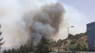 صورة شاشة لحريق غابة اندلع في ضواحي القدس، 15 يونيو 2016 (YouTube/Times of Israel)