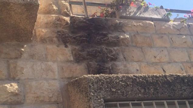أضرار لحقت بمنزل في حي أرمون هنتسيف في القدس جراؤ إلقاؤ قنابل حارقة، 17 يونيو، 2016. (الشرطة الإسرائيلية)