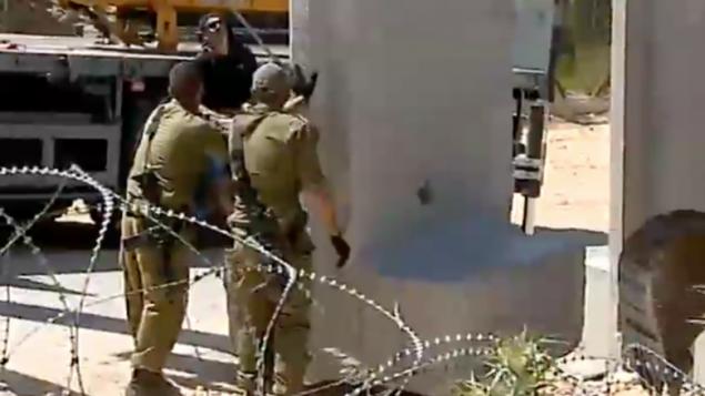 جنود اسرائيليون ينصبون لوائح اسمنتية بالقرب من الحدود اللبنانية، 20 ابريل 2016 (Channel 2 screenshot)