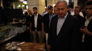 رئيس الوزراء بينيامين نتنياهو يزور موقع هجوم إطلاق النار في مجمع سارونا في تل أبيب، 8 يونيو، 2016. (مكتب رئيس الوزراء)
