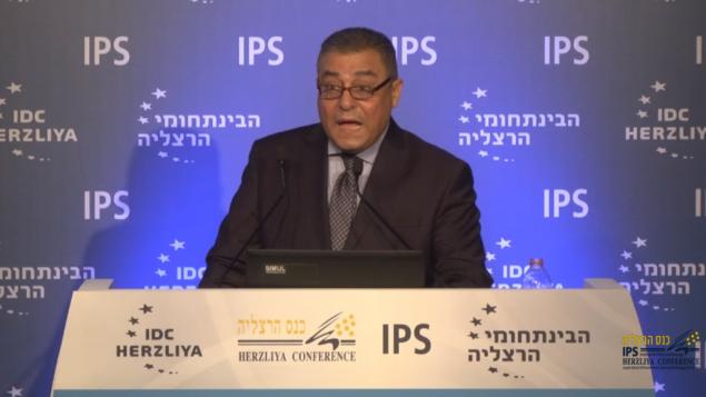 السفير المصري في اسرائيل حازم خيرت خلال خطاب في مؤتمر هرتسليا، 16 يونيو 2016 (screen shot)