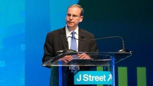 المدير التنفيذي لجي ستريت جيرمي بن عامي خلال خطاب، 21 مارس 2015 (Courtesy JTA / J Street)