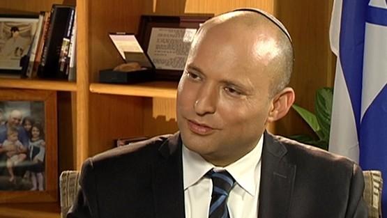 رئيس حزب البيت اليهودي نفتالي بينيت في مقابلة مع القناة الثانية، 4 يونيو 2016 (Channel 2 screenshot)