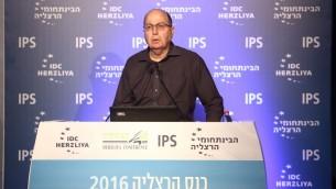 موشه يعالون خلال خطاب في مؤتمر هرتسليا، 16 يونيو 2016 (Adi Cohen Zedek)