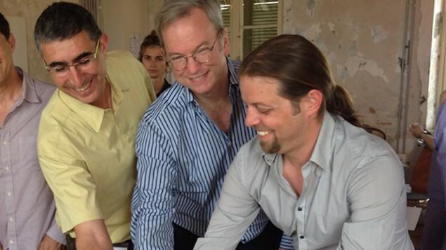اريك شميدت (وسط) في تل ابيب، 8 يونيو 2015 (Illusive Networks)