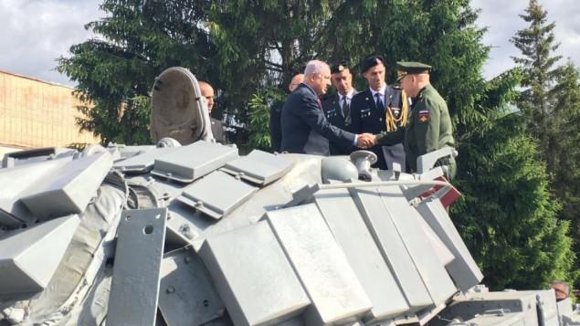 رئيس الوزراء بينيامين نتنياهو يشارك في مراسم رسمية لإستقبال الدبابة الإسرائيلية التي تم الإستيلاء عليها خلال حرب لبنان الأولى، في موسكو، 8 يونيو، 2016. (GPO)