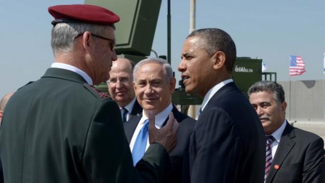 الرئيس الأمريكي باراك أوباما (من اليمين) ورئيس هيئة الأركان العامة للجيش الإسرائيلي سابقا اللفتنانت جنرال بيني غانتز (من اليسار) ووزير الدفاع الأسابق موشيه يعالون ورئيس الوزراء بينيامين نتنياهو يقفون على خلفية بطارية 'القبة الحديدية' المضادة للصواريخ، مارس 2013. (Avi Ohayon/GPO/Flash90)