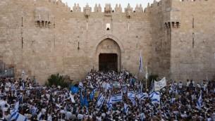 الاف الإسرائيليين يلوحون بأعلام اسرائيل خلال مسيرة العلم في باب العامود في البلدة القديمة في القدس ضمن احتفالات يوم القدس، 17 مايو 2015 (Yonatan Sindel/Flash90)