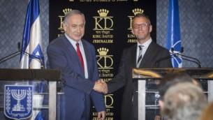 رئيس الوزراء بينيامين نتنياهو يدلي ببيان صحفي مشترك مع سفير الدنمارك لدى إسرائيل جسبر فاهر، خلال اجتماع مع سفراء من الدول الأعضاء في حلف شمال الأطلسي، في القدس، 14 يونيو، 2016. (Miriam Alster/FLASH90)