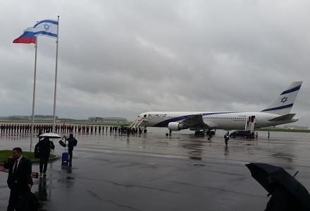 طائرة رئيس الوزراء تهبط في موسكو، 6 يونيو، 2016. (Raphael Ahren/Times of Israel)