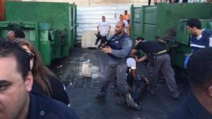 قوات امن اسرائيلية في ساحة هجوم طعن في نتانيا في 30 يونيو 2016 (United Hatzalah)