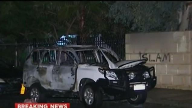 سيارة متفحمة بعد انفجار امام مسجد وكلية اسلامية في استراليا، 29 يونيو 2016 (screen capture: YouTube)