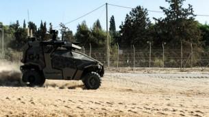مركبة أرضية عسكرية من دون سائق تابعة للجيش الإسرائيلي بالقرب من القسم الجنوبي للسياج الحدودي بين إسرائيل وقطاع غزة. (Zev Marmorstein/IDF Spokesperson's Unit)