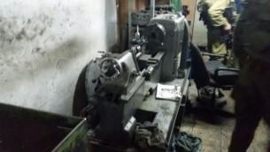 إحدى الآلات التي يُشتبه بأنها استثخدمت لصنع أسلحة والتي تمت مصادرتها من قبل الجيش الإسرائيلي خلال مداهمة خارج مدينة القدس، 9 يونيو، 2016. (وحدة المتحدث بإسم الجيش الإسرائيلي)