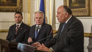 وزير الخارحية المصري سامح شكري ونظيره الفرنسي جان مارك آيرولت خلال مؤتمر صحفي بعد لقائهما في القاهرة، 9 مارس 2016 (AFP / KHALED DESOUKI)