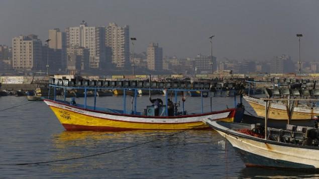 قوارب صيد فلسطينية في ميناء مدينة غزة، 1 أبريل، 2016. (AFP/Mohammed Abed)