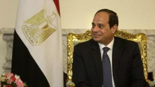 الرئيس المصري عبد الفتاح السيسي يصغي إلى وزير الخارجية الأمريكي جون كيري خلال اجتماع في القصر الرئاسي في القاهرة، 18 مايو، 2016. (Amr Nabil/Pool/AFP)