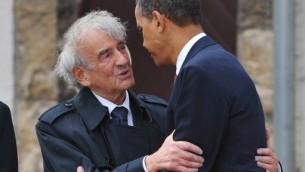 (ارشيف) الرئيس الامريكي باراك اوباما  يعانق الكاتب الامريكي الحائز جائزة نوبل للسلام والناجي من المحرقة إيلي ويزيل عند زيارتهما مهسكر بوخين فالد في المانيا، 5 يونيو 2009 (MANDEL NGAN / AFP)