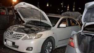 سيارات متضررة بالقرب من موقع وقوع انفجار انتحاري في المدينة المنورة، السعودية، 4 يوليو 2016 (STR / AFP)