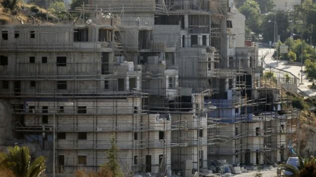 مباني قيد البناء في مستوطنة كريات أربع اليهودية المتاخمة للخليل، 6 يوليو، 2016. (AFP PHOTO / HAZEM BADER)