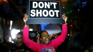 متظاهرة تحمل لافتة عليها 'لا تطلقوا النار' في نيويورك، 9 يوليو 2016 (KENA BETANCUR / AFP)