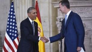 الملك الاسباني فيليبي يرحب بالرئيس الامريكي باراك اوباما عند وصوله القصر الملكي في مدريد، 10 يوليو 2016 (MANDEL NGAN / AFP)
