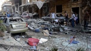 سوريون يتفحصون الحطام في حي السريان في مدينة حلب بعد قصف قوات المعارضة، 11 يوليو 2016 (GEORGE OURFALIAN / AFP)